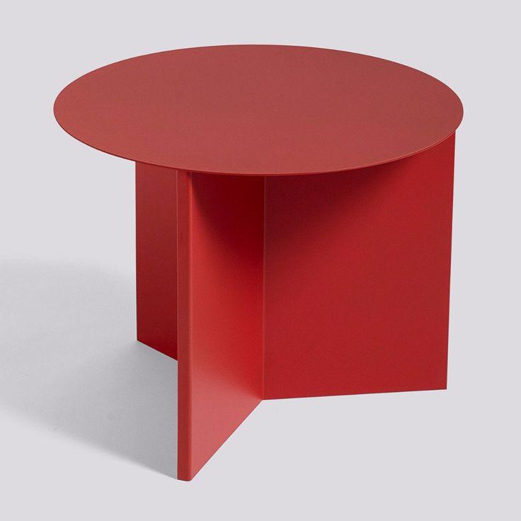 De Slit tafel van het Deense label HAY is een eenvoudig metalen bijzettafeltje in verschillende geometrische vormen. Je kan het best omschrijven als papieren or