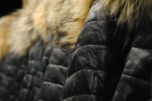 Stock doudounes noires matelassées avec capuche en véritable fourrure pour femme Rose Garden