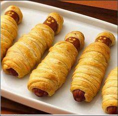 1 kg salsicha de peru (pode ser de Hot Dog) - 1 pacote de massa fresca em rolo para pastel - 1 gema - Mostarda - Catchup