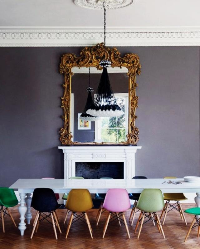 Mix & match Sillas Eames de colores con espejo barroco y chimenea de aires clasicistas