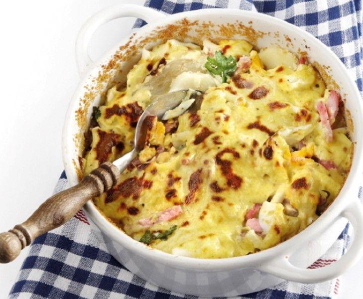 Een lekkere ovenschotel met aardappel, witlof, ham, bladselderij, eieren en een beetje kaas.