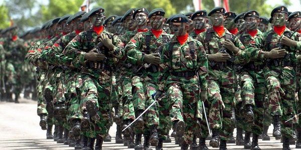 Sejumlah prajurit TNI berbaris sambil memegang senjata, saat mengikuti defile pasukan pada peringatan HUT ke-63 TNI, di lapangan Kodam IV/Diponegoro, di Semarang, Kamis (9/10).