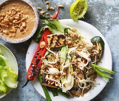 Tofu passar perfekt på grillen! Här tillsammans med pak-choi, röd peppar, zucchini och färsk lök. Den krämiga jordnötssåsen blir pricken över i! Servera ihop med mungböngroddar och isbergssallad.