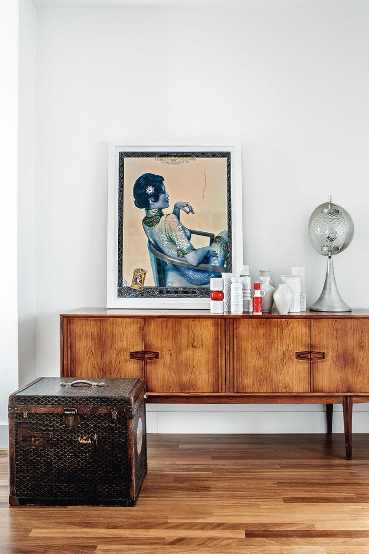 Fumando espero - AD España, © Belén Imaz Aparador nórdico con jarrones alemanes, en La Recova, lámpara de los 60, en Tesla, y dibujo Smoking Lady de Ruggero Rosfer & Shaokun, en Arana Poveda. En el suelo, baúl vintage de Goyard, en L.A. Studio.