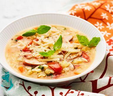 Korvsoppa med risoni, basilika och parmesan | Recept ICA.se