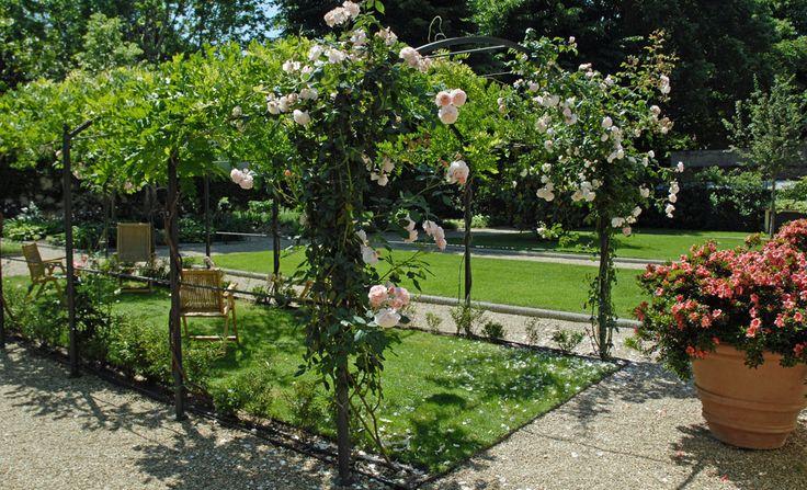 Giardino privato con pergole