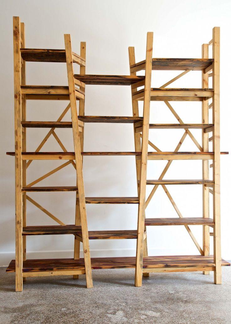 Reclaimed hout is de basis van kast Woods van meubelatelier Hieronymus. Het is niet alleen een pronkkast, maar ook een roomdivider waaraan alles scheef is. Toch staat hij als een huis vinden wij.
