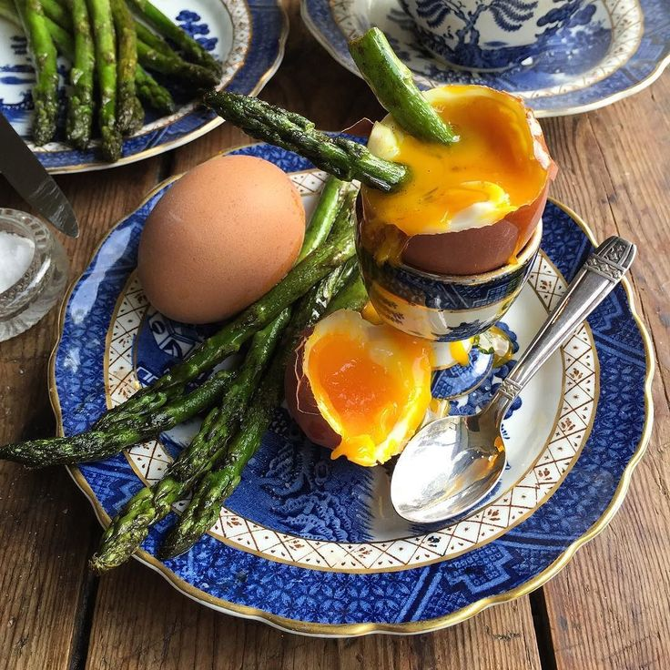 Dipping English asparagus into free range dippy eggs for brunch @britasparagus #freerangeeggs #asparagussoldiers #eggandasparagus #instafoodblogger #instafood #f52grams #feedfeed #thefeedfeed #guardianfood #bbcfood #foodphotography #foodstyling #foodporn #vintagekitchen #boothsrealoldwillow #oldwillow #blueandwhite #countrystyle #countrykitchen #dippyeggs #seasonal #stgeorgesday #englishasparagus by lavenderandlovage
