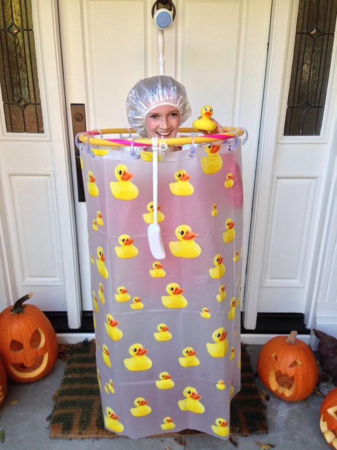 Diese Fasching-Verrückte hat mit ihrem Kostüm den Wettbewerb ihrer Schule gewonnen - zu Recht! #Dusche #shower #Kostüm #Verkleidung #Kostümidee #diy #duschvorhang #Fasching #Karneval #calmwaters