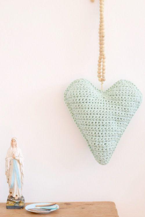 Haak een hip byClaire Nr. 2 kussen in hartvorm