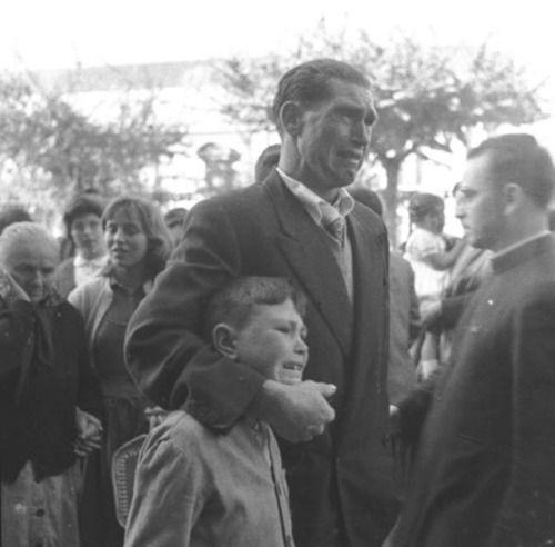 Xan Calo y su hijo Xurxo, que despedían en 1957 en el puerto coruñés a la madre y dos hermanos del primero, embarcados en el Juan de Garay. Fotografía: Manuel Ferrol