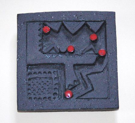 黒土の御影土で制作しました。気軽にどこにでも飾れるように、小さな陶板を作りました。裏面は木に黒のペイントを施し、コンクリートボンドにて接着しています。赤... ハンドメイド、手作り、手仕事品の通販・販売・購入ならCreema。