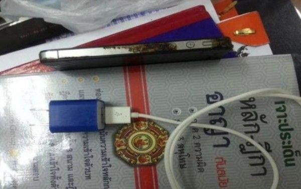 Iphone 4s  ] RAYONG * 28 de noviembre. Un joven  tailandés de 28 años habría muerto electrocutado por la descarga que recibió al contestar  su teléfono iPhone 4s mientras se cargaba.