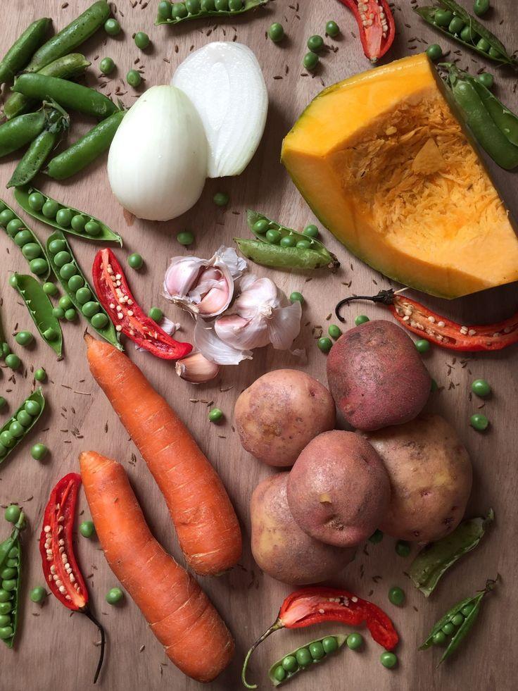 El charquicán es un guiso de vegetales, típico del verano chileno. Se sirve con huevo frito y se acompaña con pepinillos y cebollitas encuertidas.
