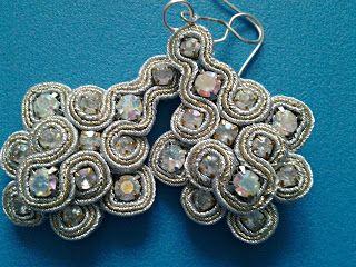 biżuteria soutache, haft koralikowy, torby z filcu: srebrne kolczyki soutache z cyrkoniami