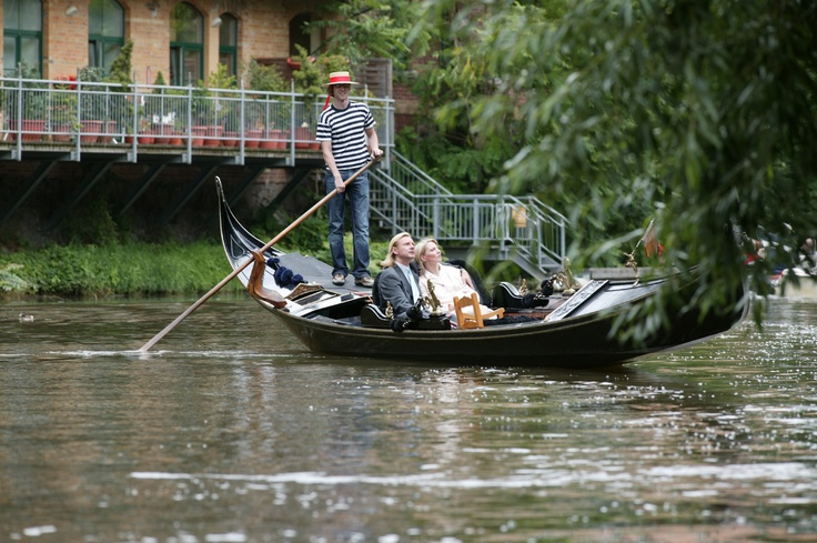Your darling loves boat tours? Then he or she will be chuffed about a Gondola boat ride in Plagwitz. Maybe it's a good idea to share a plate of spaghetti at the Italian restaurant afterwards. Just as the Lady and the Tramp did.