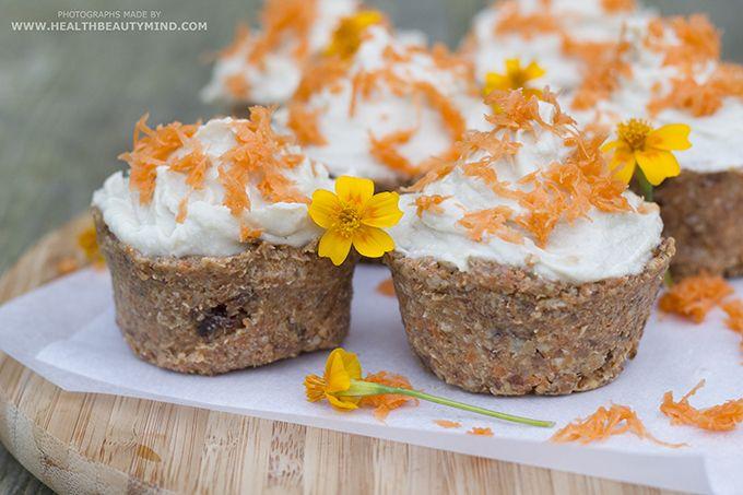 Jullie houden van carrotcake en van cupcakes. En van gezond. Dat weet ik. Ik ook. Vandaag deze gezonde raw vegan carrot cupcakes van healthbeautymind.com!