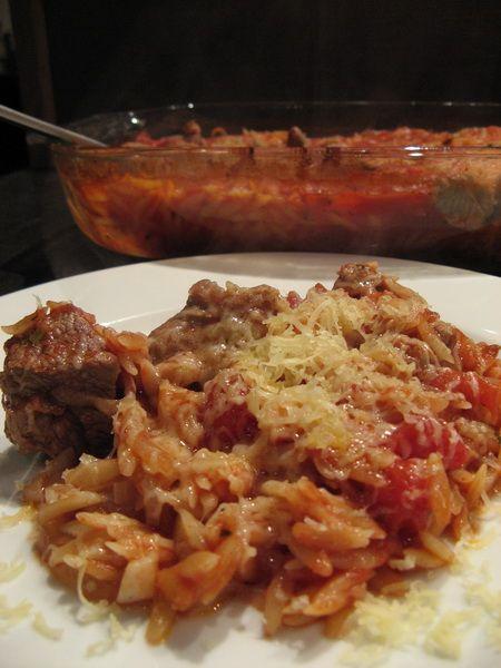 Le youvetsi ou giouvetsi à l'agneau est un plat grec. Des kritharaki sont cuites au four dans une sauce tomate à l'agneau.
