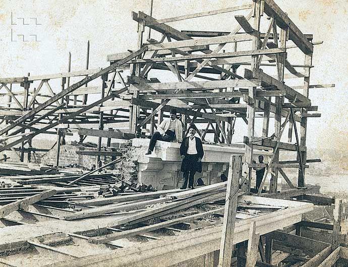 Posta ve Telgraf Nezareti Binası (Postahane-i Amire), 1903-1909. Sirkeci, İstanbul. İnşaat sürerken. Tek Aile Arşivi (Suha Özkan-Pelin Derviş Koleksiyonu)
