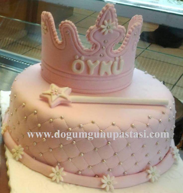 doğum günü pastası sevdiklerinize özel tasarımlar sunar ayrıca pasta rengini ve yazısınıda değiştirebilir içeriğini ve teslim saatini özgürce seçebilirsiniz sizlerin prenseslerine özel yapılan Prenses Tacı Pasta hoş görünüm ve lezzetiyle sizlerin beğenisine sunulur. #dogumgunupastasi #pink #birthdaycake