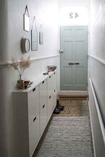 狭いマンションの玄関でも十分にインテリアを楽しめる例です。このように薄めのシューズボックスを取り付ければ靴もすっきり収納でき、お花を生けたり雑貨を置くことで柔らかさも出てきます。空間を広く見せる効果のある鏡をデコレーションして素敵な空間に。