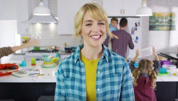 Sobald Mütter bzw. Hausfrauen Zielgruppe einer Werbemaßnahme sind, wird deutlich, wie Marketing-Leute über Frauen denken: Naive, überforderte Dumpfbacken denken 24/7 an ihren Haushalt und würden sich lieber im Wischwasser ertränken, als ihren Männern abends ein mangelhaftes Zuhause zu präsentieren. Der Spot für die Fotobuch-App Chatbooks ist anders. Er spielt in einer tausendprozentigen Hausfrauenwelt, doch er