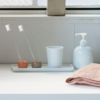 場所も取らず、丸ごと洗えるので清潔を保てます。並べると、歯ブラシをくぼみに入れるだけで斜めに平行に倒れてくれます。