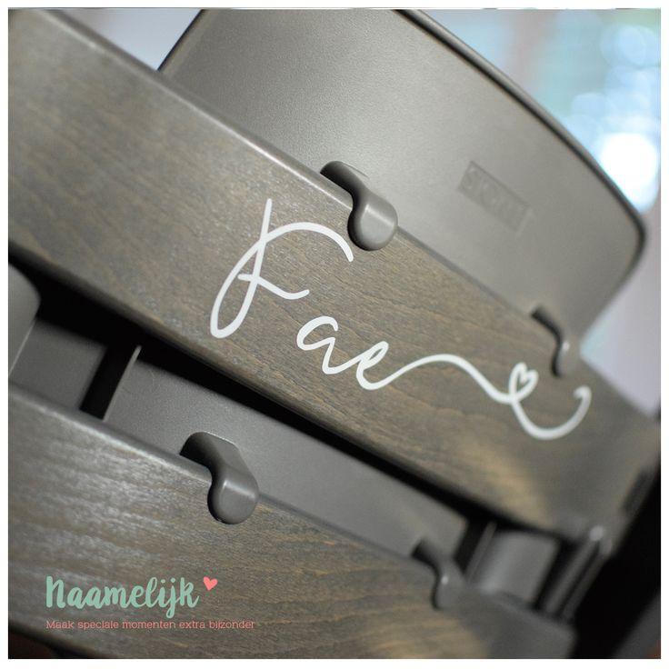 DIY: Deze prachtige, sierlijke naamsticker met hartje achter de naam past perfect op de achterkant van een Tripp Trapp stoel. Zo heeft iedereen een eigen stoel aan tafel!