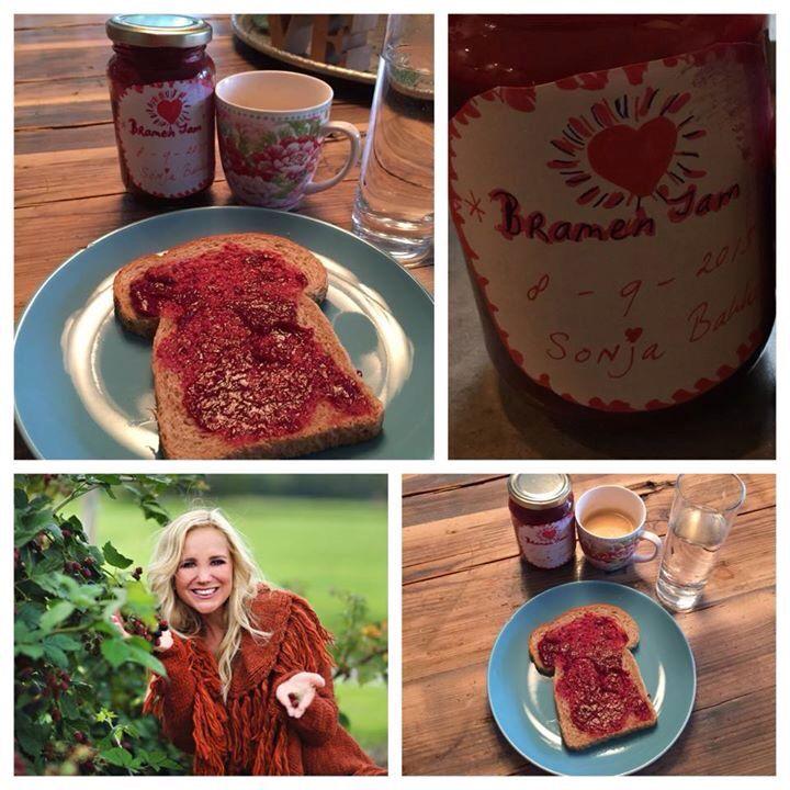 Mijn ontbijtje!  Bruine boterham met zelfgemaakte Bramenjam, glas water en heerlijke kop koffie❤ Enjoy Today  www.sonjabakker.nl