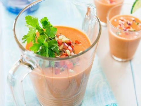 Een klassieke gazpacho, koude soep boordevol groenten, mag zeker niet ontbreken in dit lijstje van lekkere soepen.