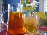 Ice Tea lemon Heerlijk verkoelend op een hete zomerse dag. Verse ijsthee! Heeft u middags een keer teveel thee gezet hoeft u die niet meer weg te gooien maar maakt er lekkere icetea van.