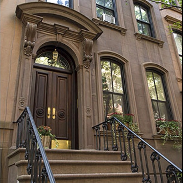 Carrie Bradshaw S Stoop Fictional Address 245 E 73rd Actual 66 Perry Street Nyc Places Es New York Brownstone