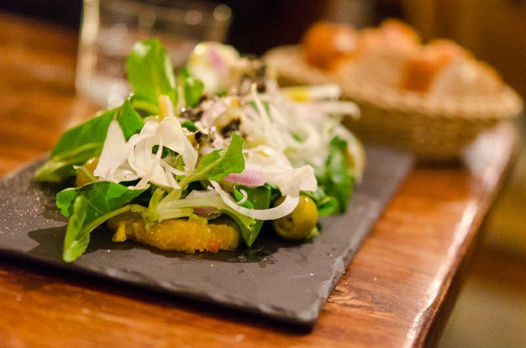 Feldsalat mit Fenchel, Orange und schwarzen Oliven mit Arbequina, Raval Bar, Berlin Kreuzberg © Ariane Bille