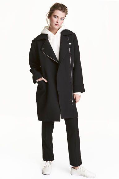 Manteau de style motard: Manteau en épais tissu armuré avec fermeture à glissière oblique. Modèle avec col et revers agrémenté d'un bouton décoratif en métal. Épaulettes pressionnées munies d'un passant. Poches chauffe-mains zippées et poches plaquées. Doublé.