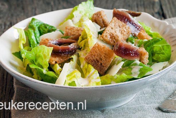 Helaas krijg je ceasar salad bijna nooit helemaal goed geserveerd.Met dit recept maak je de klassieke ceasar salad met zelfgemaakte dressing en krokante knoflook croutons helemaal zelf. Echt gezond kun je deze salade niet noemen, maar hij is wel superlekker! Als je niet van vis houdt kun je de ansjovis heel gemakkelijk wel laten. Dan smaakt de salade namelijk ook nog prima. Geniet ervan!