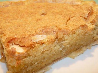 tarta de almendras y mermelada / 1 plancha de hojaldre. 300 g de almendras crudas molidas. 200 g de azúcar. 1 chorro de coñac. mermelada de manzana. 1 cucharada de mantequilla derretida. 4 huevos
