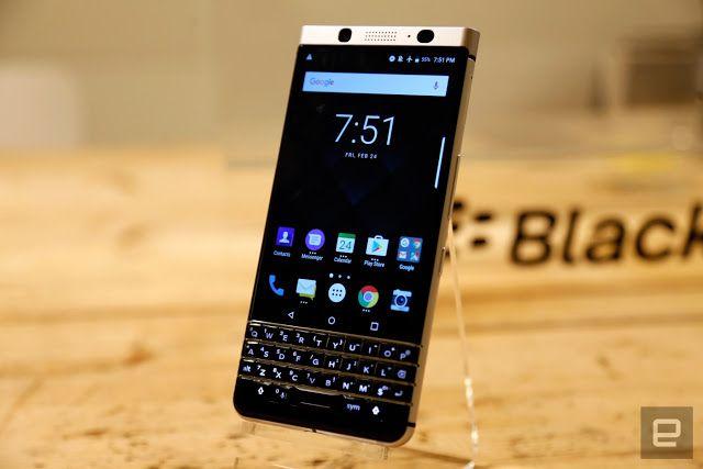 #BlackBerry presenta un nuevo teléfono con el mismo viejo teclado #MWC17   El KEYone es un equipo con grandes prestaciones para trabajar sobre la marcha y con el vuelve el teclado físico que volvió a BlackBerry una marca memorable.  Se dice que en caso de una guerra nuclear sólo sobrevivirán las cucarachas y BlackBerry.    La marca que alguna vez fuera sinónimo de productividad y que cayó en desgracia por no adaptarse a la llegada del iPhone y el ecosistema Android ha vuelto a la vida de la…
