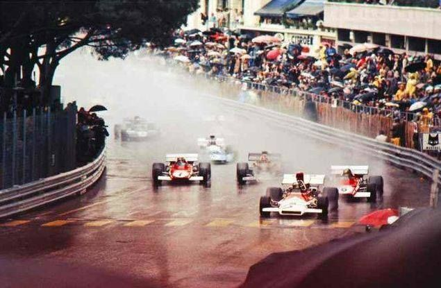 Il pleuvait des cordes lors du Grand Prix de Monaco en 1972, une belle occasion pour Jean-Pierre Beltoise de bondir depuis la deuxième ligne pour surprendre Emerson Fittipaldi (Lotus) et Jacky Ickx (Ferrari) devant lui. La dextérité du pilote et la souplesse du moteur V12 de sa BRM allait faire