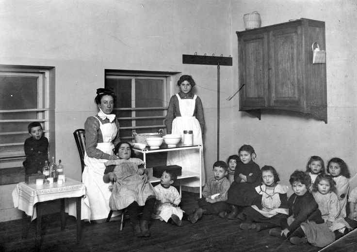 Onderwijs geschiedenis voor 1914: De Sophie-Rosenthal bewaarschool, een joodse bewaarschool [crèche] op Uilenburg, Amsterdam, 1913.