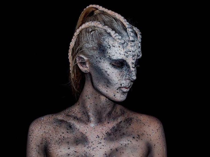 Chica que crea maquillaje de efectos especiales vestida como un mounstro de mar
