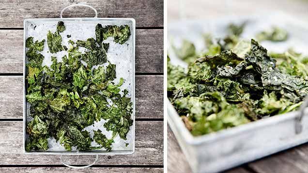 Grönkålschipsär ett supernyttigt snacks du enkelt fixar. Grönkål innehåller massa hälsosamma antioxidanter och vitaminer som kroppen älskar. Så njut med gott samvete! Här är våra bästa och enklaste recept på chips gjorda av grönkål!