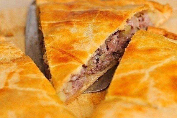 Нежный пирог с мясомЭто пирог, который можно выпекать с любой начинкой, например со сладкой, с мясной или овощной. Пирог готовить очень легко.Ингредиенты:-1 — 1/2 стакана муки,-1 стакан кефира,-1 стак…