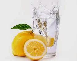 De ce ar trebui sa bei apa plata cu lamaie dimineata ?  Un truc pe cat de simplu, pe atat de eficient. Bea in fiecare dimineata pe stomacul gol o lamaie stoarsa intr-un pahar de apa calda, sau macar la temperatura camerei.