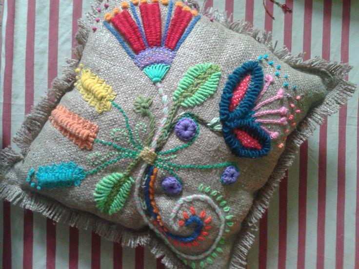 Almohadon bordado con lana   en arpillera de seda