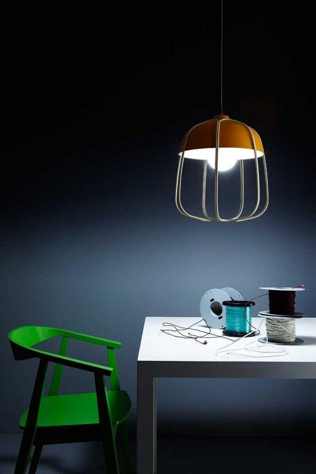Cette lampe contemporaine rappelle les vieilles lampes qui ont été souvent utilisées dans les ateliers ou dans les usines.