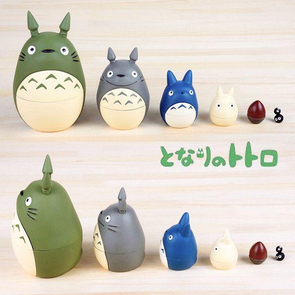 趣緻可愛的龍貓和他的一班朋友的俄羅斯娃娃,當你逐層把每一個打開…最後就會見到令人驚喜的煤炭屎鬼出現。大小不同的娃娃可盛載不同的小物和糖果,為大人和小朋友都帶來歡樂。  Adorable Totoro and friends matryoshka doll, when you open them one by one… finally, Kurosuke appears. There are total 6 layers. You can put the candies and little stuff in the dolls, they are funny to everyone.
