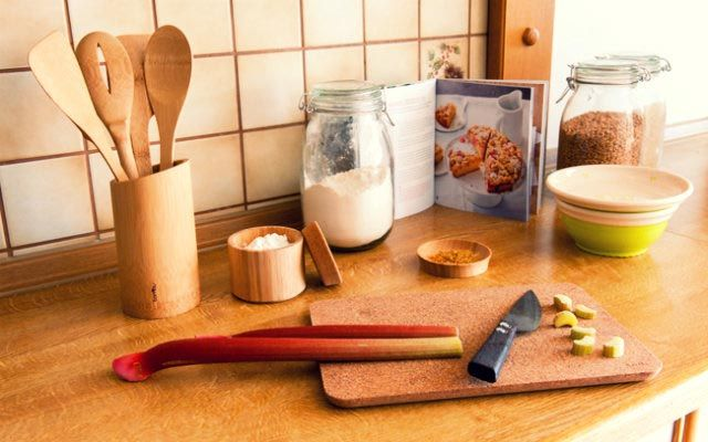 Erdöl und Weichmacher raus aus der Küche! Heute verraten wir Euch Alternativen zu den herkömmlichen Plastik-Übeltätern in der Küche!