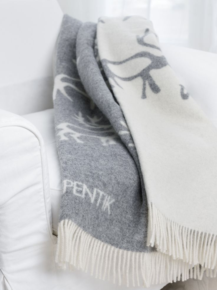 Saaga Blanket | Pentik | Gray Saaga (Saga) nap blanket brings a northern breeze to your home. Made of 100 % wool, this blanket is 130x170 in size and designed by Minna Niskakangas.