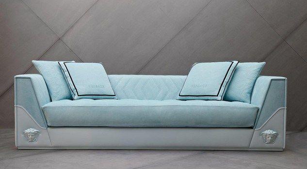 Il divano, un pezzo di design unico ispirato alla It-Bag Versace Palazzo Empire, presenta una finitura in morbida pelle nabuk sky blu, con l'iconica medusa in versione matt posta sui braccioli.