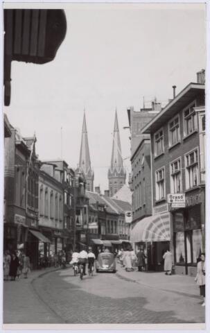Nu geldt er een fietsverbod in de Heuvelstraat, destijds waren auto's nog toegestaan in de drukste winkelstraat van Tilburg.